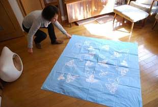 (1)ふろしきは一辺130cm×130cmの正方形のものを用意。