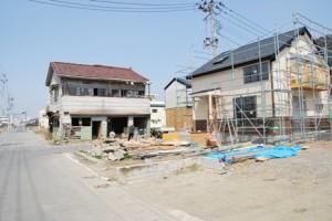 2013年春 ネコの仮住居(左)と新築中の萬代宅(右)