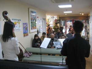 病院待合室でミニコンサート